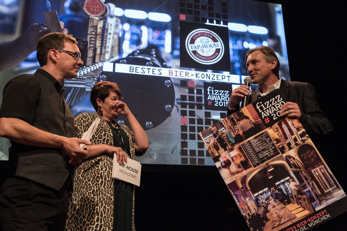 "Markus Lohner receives the fizzz-Award for the ""Best Beer-Concept"" for the Tap-House."